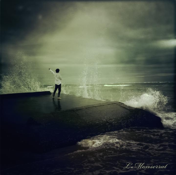 homme libre défiant l'océan ©
