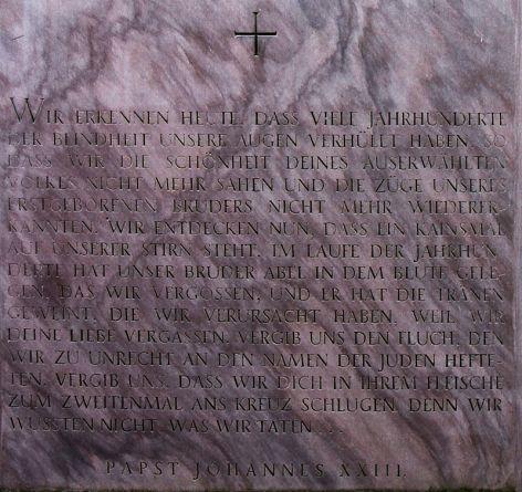 Gedenktafel_zu_Ehren_allerr_Opfer_des_jüdischen_Volkes_vor_der_Ruine_der_Wernerkapelle_in_Bacharach,