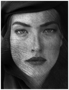 herb-ritts-tatjana-veiled-head-joshua-tree-1988b